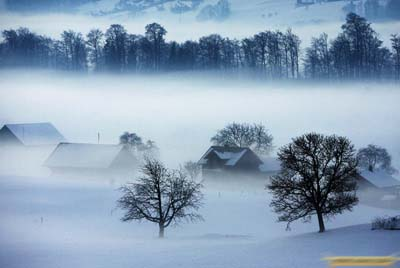1、2009年1月13日,瑞士中部城市克恩斯,晨雾升起,天际之间宛若仙境。