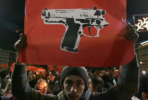 希腊民众抗议打死警察15岁少年(组图)