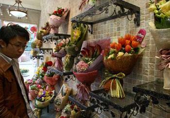 香港经济不景,有不少男士走到旺角花墟格价,为下周六情人节作好准备。(图片来源:大公报)