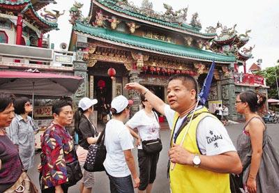 邮轮旅客到台南标志赤坎楼参观。(图片来源:文汇报)