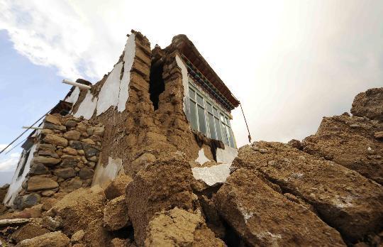 这是10月6日拍摄的当雄县格达乡受损的房屋。新华社记者普布扎西摄