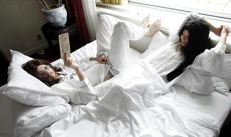 迈克尔・埃文斯(左)和于田(音译)在伊丽莎白皇后酒店模仿约翰・列侬和大野洋子的反战抗议