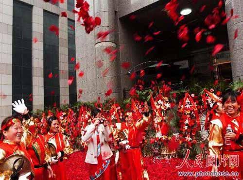 人们在二十万朵玫瑰花瓣铺成玫瑰道上。