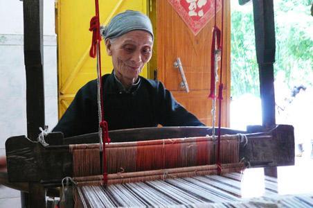 百岁老人仍在纺织