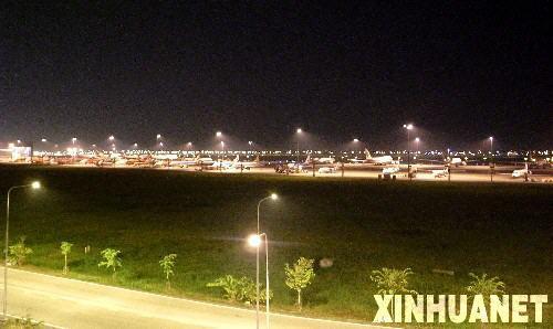 11月26日,泰国首都曼谷素万那普国际机场停机坪上停满了延误的飞机。当天,因泰国反政府人民民主联盟示威集会而自25日晚间关闭的素万那普国际机场依旧保持关闭状态,大量乘客滞留。 新华社记者凌朔摄