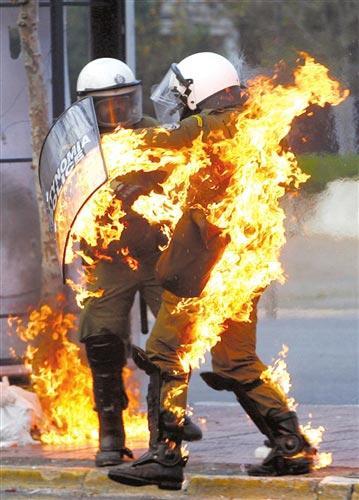 12月12日,一名防暴警察因为被示威者投掷的燃烧弹击中而全身着火。