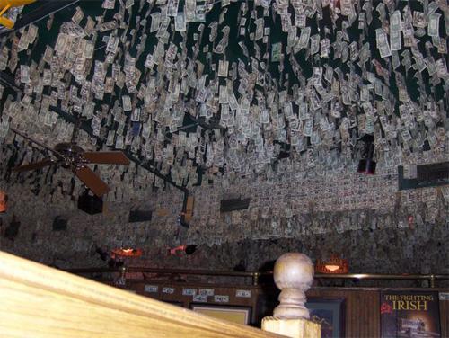 天花板上也挂满了美元