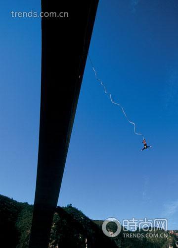 布劳克朗斯大桥蹦极是勇敢者的游戏