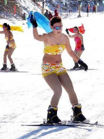 滑雪场上的养眼风景