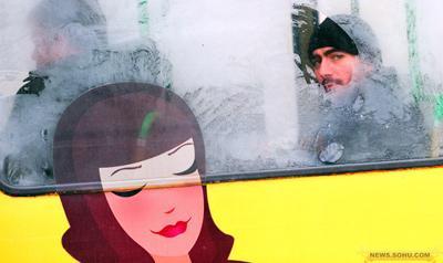 10、1月12日,保加利亚索菲亚,有轨电车上的一名男子透过霜气凝结的车窗向外张望。一波北极寒流袭击保加利亚,最低温度到零下19度。