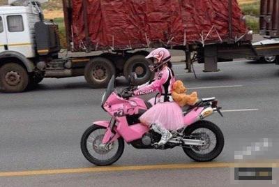 骑摩托的美少女战士