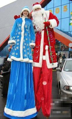 踩高跷的圣诞老人