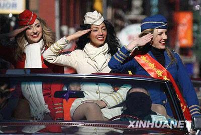 三名纽约当地的选美小姐乘坐敞篷古董车参加游行,为华人新春庆祝活动助兴。