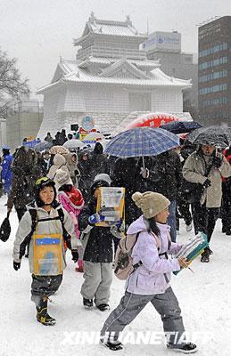 2月5日,在日本札幌的大通公园,人们前来参加第60届札幌雪节的开幕式。新华社/法新