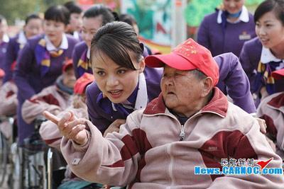厦航旅客服务部元宵佳节与孤独老人共赏花灯