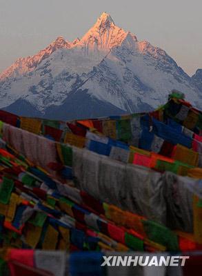 """这是2月16日拍摄的梅里雪山""""日照金山""""奇观。"""