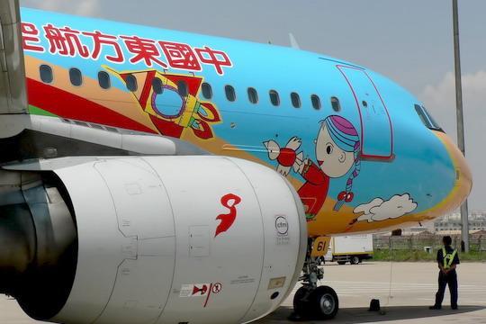"""东航""""红领巾梦想号""""――B-6261号空中客车A320-214型客机的机头和喷涂红领巾标志的发动机,摄于2007年6月3日。民航资源网资料图片"""