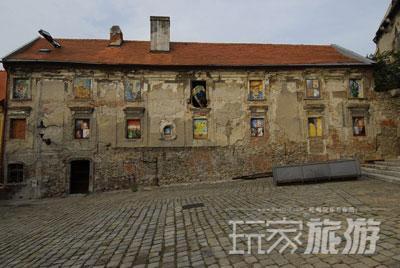不知是谁的手笔,这个废弃建筑的每个窗户上都是梵高的一副画。
