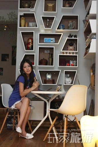 咖啡馆的格调很有设计感,格子墙摆满私家收藏。