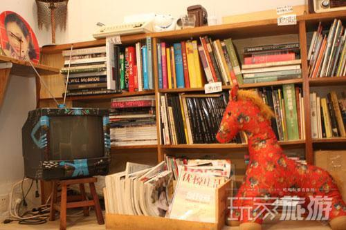 小玩意多是店主朋友寄卖,杂志、二手书都可以免费读。