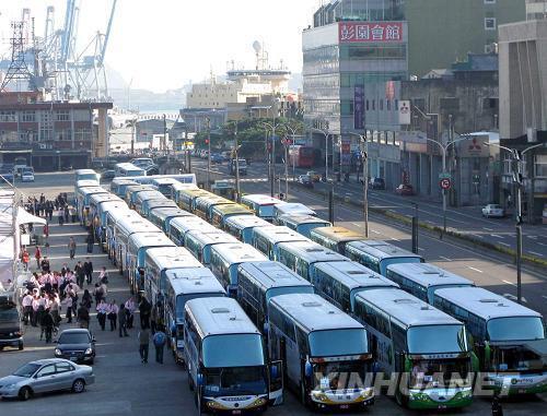 3月16日,数十辆大巴车停在基隆港等候游客。新华社记者 王妍 摄