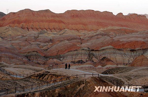 甘肃省张掖市临泽县倪家营乡境内的戈壁丹霞景观(摄于3月17日)。新华社记者 韩传号 摄