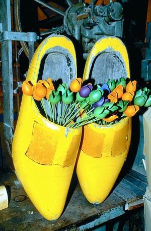 新鲜郁金香不能带回国内,不妨买一捧木头郁金香做纪念。 图/CFP