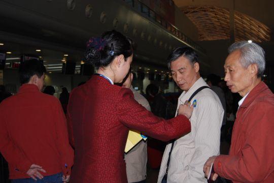 国航西南分公司地面服务部工作人员为国际段旅客贴上标识