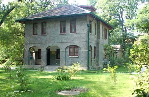 燕南园因位于燕园的南部而得名