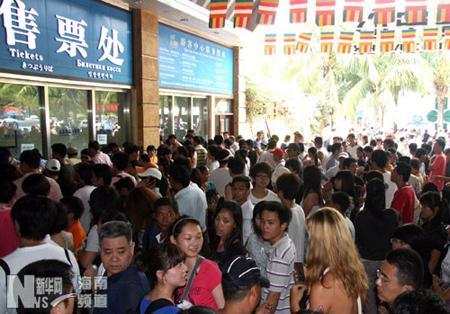 5月2日中午,南山游客中心售票处出现爆棚。陈文武 摄
