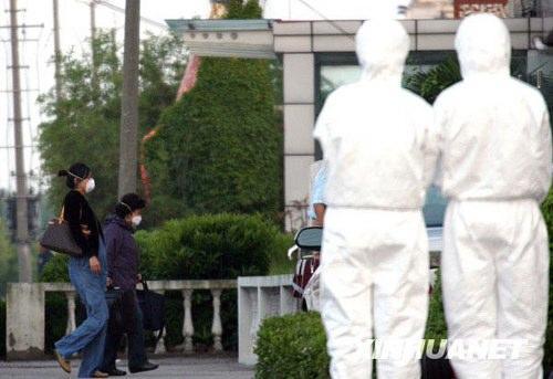 5月6日,两名旅客抵达隔离观察点。新华社记者刘颖 摄