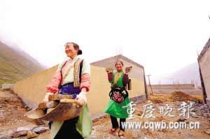 自救的羌族妇女成为萝卜寨一道风景