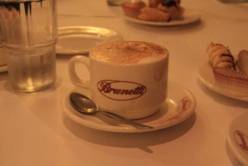 阳光明媚的下午,在莱贡街上的Brunetti意式蛋糕店喝下午茶