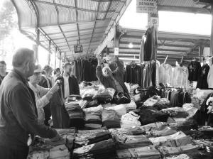 维多利亚女王市场大声吆喝的法国摊主,仔细看,所有衣服都是中国制造。