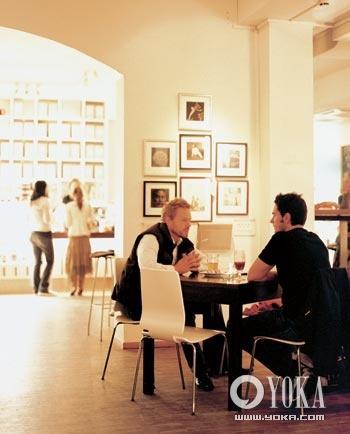 Soho餐馆里,朋友们在聊天。