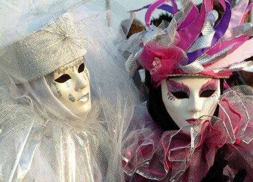 狂欢节上,人们戴上夸张的面具