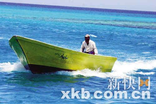 小艇把游客送到附近的小岛上