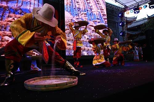 """以""""米""""为元素的舞蹈表演,摩梭大米被誉为""""世界屋脊之米""""。"""