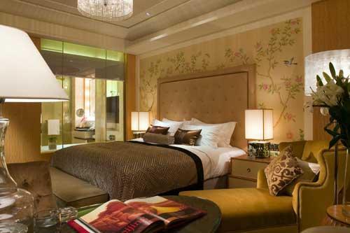 卧房内的牡丹花卉手绘图将房间内高端的宾客设施衬托的更加非凡典雅