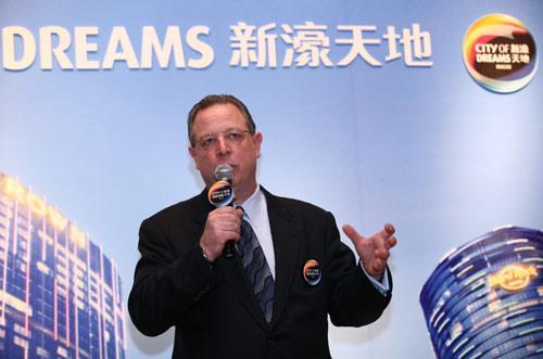 新濠博亚娱乐有限公司高级副总裁市场推广总监韦祺乐先生介绍新濠天地的娱乐特色项目