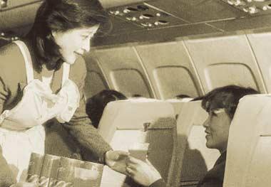 上世纪80年代,空姐打扮得很