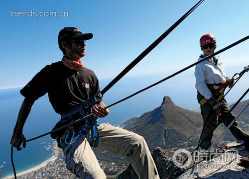 专业人士陪同下,人们可以在桌山顶上体验悬崖绳降的刺激,以绝对安全又绝对独特的角度欣赏开普敦美景