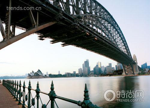 熠熠生辉的悉尼拂晓――来自港湾大桥下人行道的惊鸿一瞥。早早起来,可以捕捉到如此精彩的瞬间。