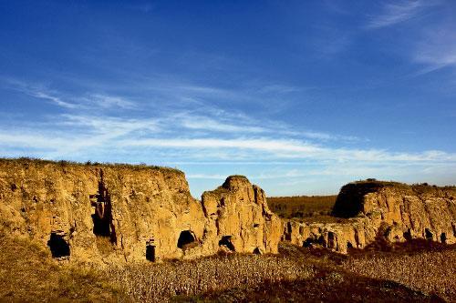 这段城墙曾记录了最激烈残酷的历史,古代中国最坚固的防御工事如今变成了岁月的尘埃,静静地定格在黄土地上。