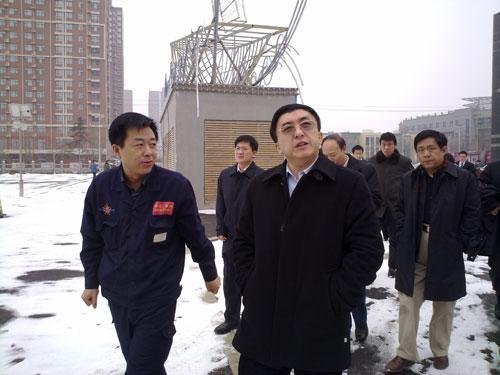 吴文学在锦江国际酒店检查太阳能发电设施