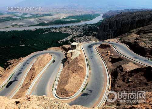 进入黄河石林的盘山路,以及不远处的黄河、龙湾村