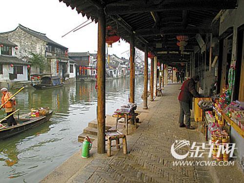 西塘的廊棚:千多米长的廊棚,名为烟雨长廊,是西塘独有的。