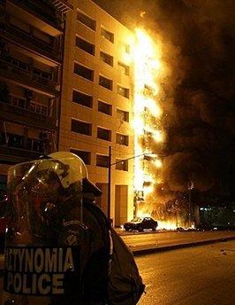"""12月9日,希腊骚乱升级,雅典恍如""""战场""""。"""