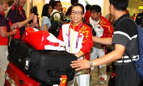 中国奥运代表团抵达伦敦 郑洁造型可爱