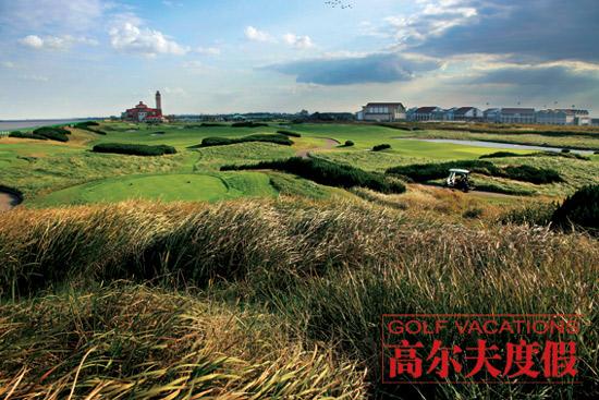 尼克劳斯的发球台能让你看到长江汇入东海的壮阔景观,旗杆、落球点、黄色的长草